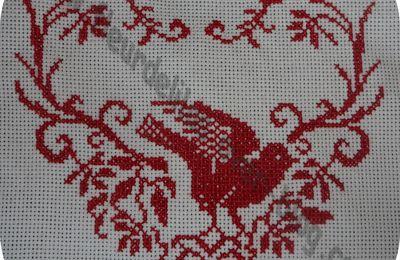Oiseau et coeur aux points de croix.