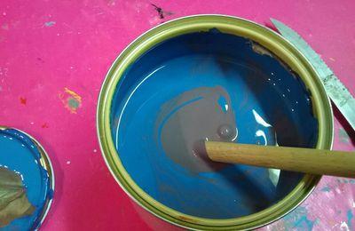 De quelle couleur est ce pot de peinture...