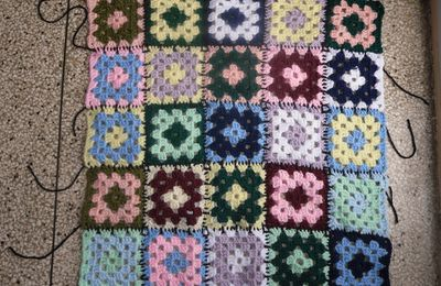 Grand carré ( ou mini plaid ) avec Granny Squares