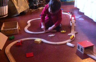 A quoi jouent-ils ? #13 : au petit train en bois !