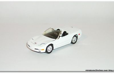Corvette 1998 cabriolet by Johnny Lightning.