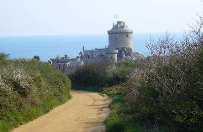 suivre le joli sentier qui mène au fort Lalatte (Bretagne)