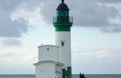 le phare du Tréport à marée haute (Normandie)