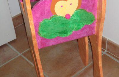 Chaise haute de poupée en carton