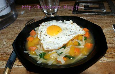 Cuisine : soupe colorée aux nouilles et oeuf au plat
