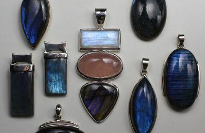 Les pierres du chakra coronal : La labradorite, pierre grise irisée bleue et l'améthyste, pierre violette