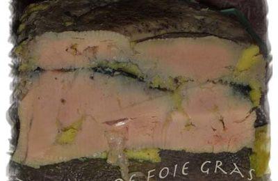 Terrine de foie gras au vin de noix et pruneaux