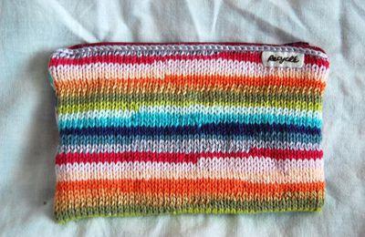 trousse bariolée au tricot