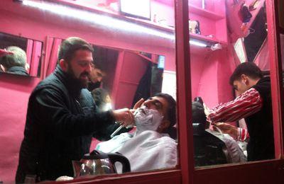 """Séance """"coupe-choux """" ou rasage au sabre à İstanbul en.. rose."""