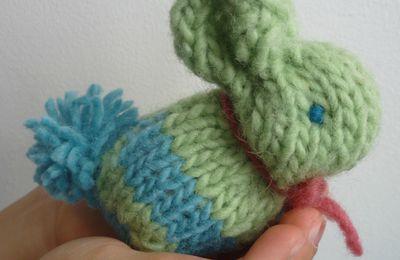 Un petit lapin tout doux pour apprendre le tricot