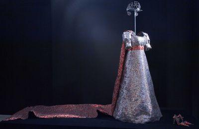 Nikos Floros : les costumes de Maria Callas sculptés dans des canettes