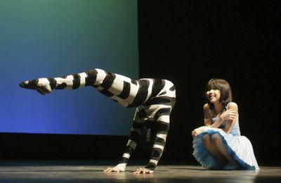 """""""Des yeux brillants et avides"""" : Alice par le Cirque de Chine de Tianjin."""