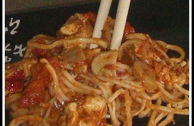 Nouilles chinoises aux légumes et au poulet.