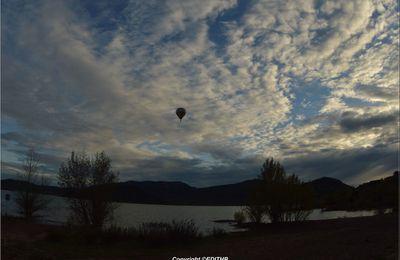 une montgolfière au dessus du lac du salagou