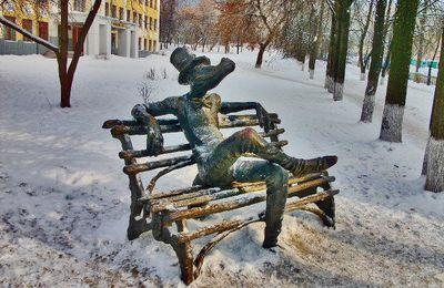 IJEVSK en Oural, Kalachnikov, le cygne, le cou gris et le crocodile.