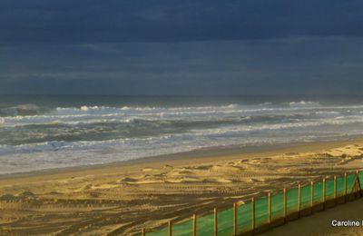 Un rayon de soleil sur l'océan après la pluie