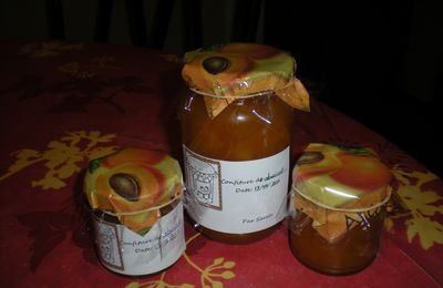 Confiture d'abricots et confiture aux fruits rouges.