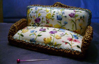 Le sofa en raphia brodé de roses
