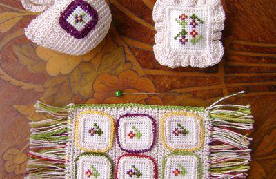 Le plaid, le coussin et le sac à motif fleurs naïves