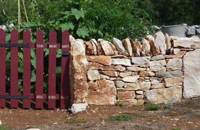 Mur en pierre seche autour du potager - avancement