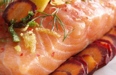 Pavé de Saumon aux carottes violette et jaune en papillote .