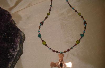 Collier croix celtique, grenat serti et perles artisanales en verre