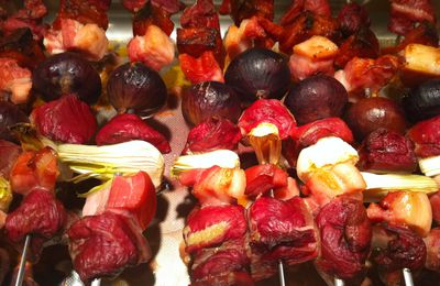 Brochettes de canard aux figues, chorizo, lard, oignons