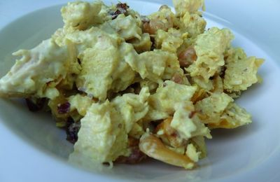 Salade de poulet au curry , abricots secs et cranberries