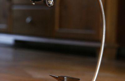 Création luminaire lampe unique récup recyclage ancienne enclume de bijoutier, métal, esprit atelier
