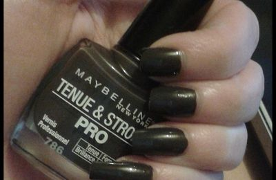 Maybelline: Tenue & Strong.N°786