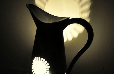 Détournement d'objets: un broc en zinc devient lampe d'ambiance