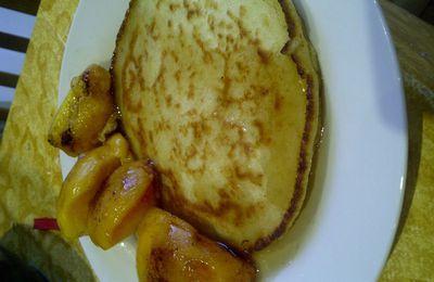 Pancakes au yaourt, nectarines et gelée de pommes