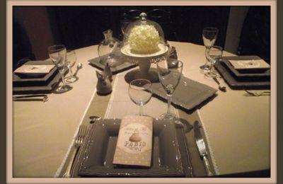 Table beige et taupe pour...........