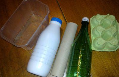Recycler c'est jouer ! Voiturette et maison en bouteille et carton