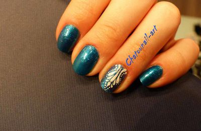 Accent nail art bleu piscine