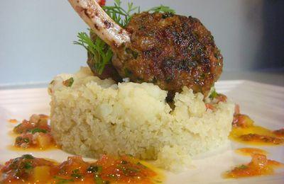Kefta d'agneau,chou-fleur en semoule et vinaigrette de tomate