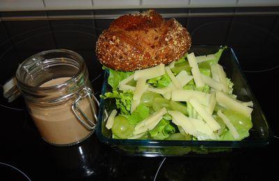 Salade au fromage et aux raisins.