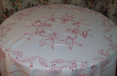 CHARMANTE NAPPE ANCIENNE BRODERIE ROUGE . ALSACE