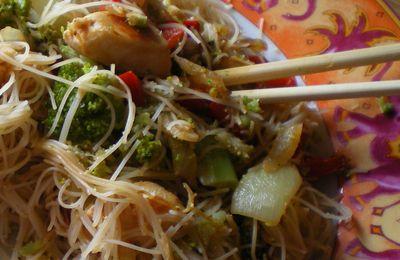 Wok de vermicelles de riz au poulet, brocoli, gingembre...
