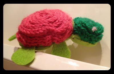 Tortue en peluche avec tricotin
