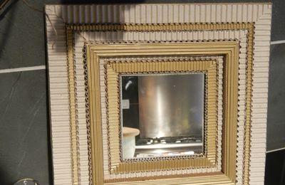 un petit miroir carton et or