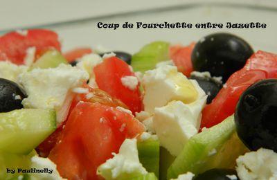 Salade grecque rafraichissante concombre, tomate, olive et féta