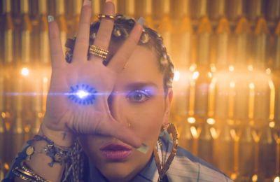 Kesha signe des mains et symboles