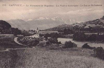 La prairie de la Rencontre - La statue Napoléon - Au loin le massif de Belledonne.