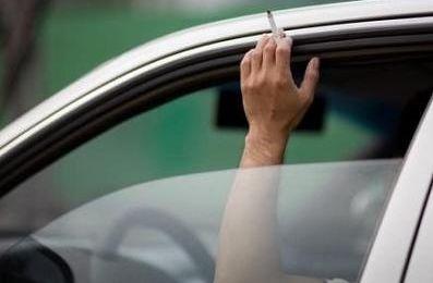Fumare in auto danneggia moltissimo i nostri passeggeri