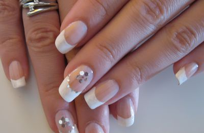 Nail Art French blanche pailletée