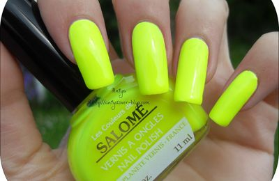 Vernis : Salomé Jaune fluo + Nail art : Sea, sex and sun (Belle Créature)