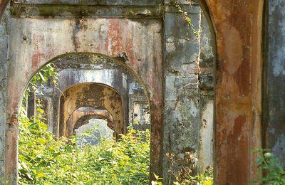 Dédale de portes à Hué