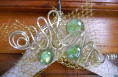 Cintre à bijoux alu doré cabochons vert