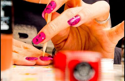 Nail art stamping sur Miss Europe fushia